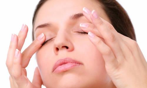 Bạn cũng có thể thực hiện giảm mỡ mí mắt trên