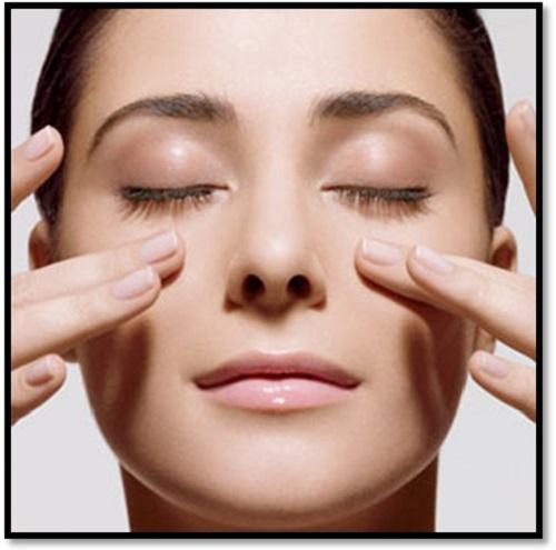 Mát - xa vùng mắt để giúp giảm nếp nhăn trên mặt