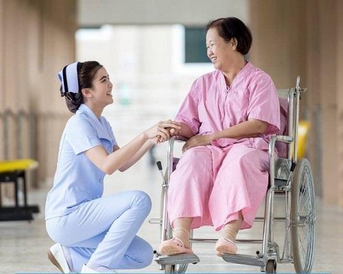 Điều dưỡng viên luôn phải mềm mỏng, giao tiếp tốt